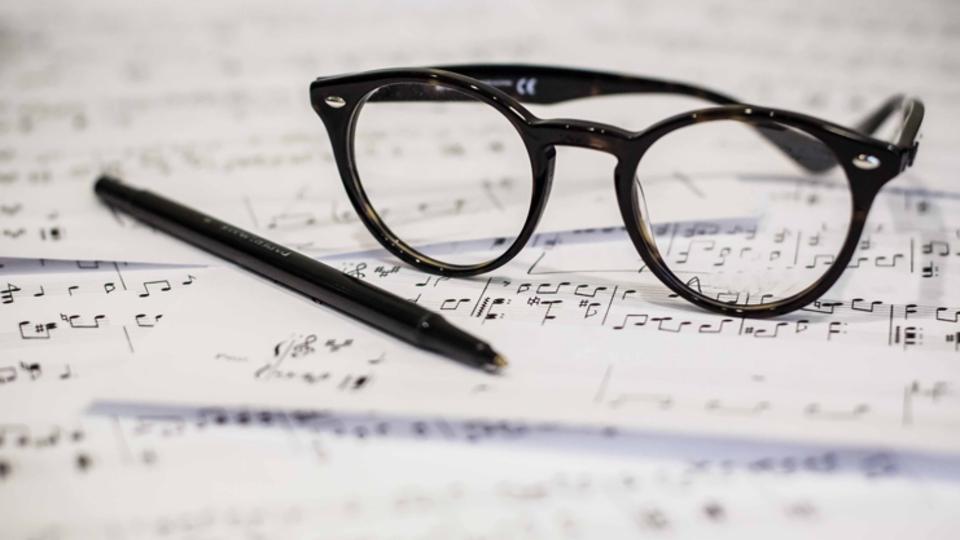Okurken melodisini mırıldanacağın şiirler kime ait biliyor musun?
